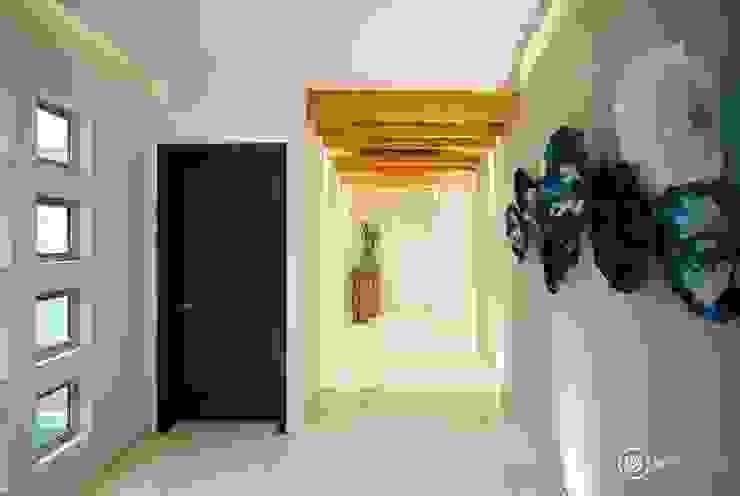 Pasillos y vestíbulos de estilo  por UV Arquitectos