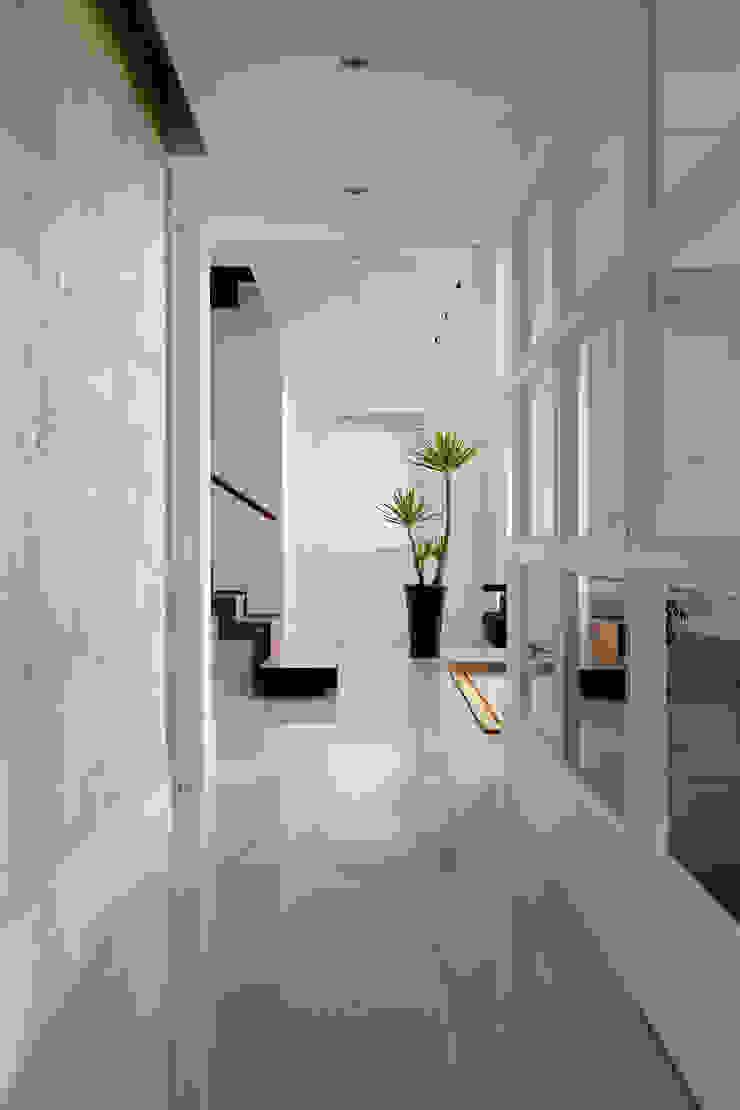 白色的極緻優雅 經典風格的走廊,走廊和樓梯 根據 誼軒室內裝修設計有限公司 古典風