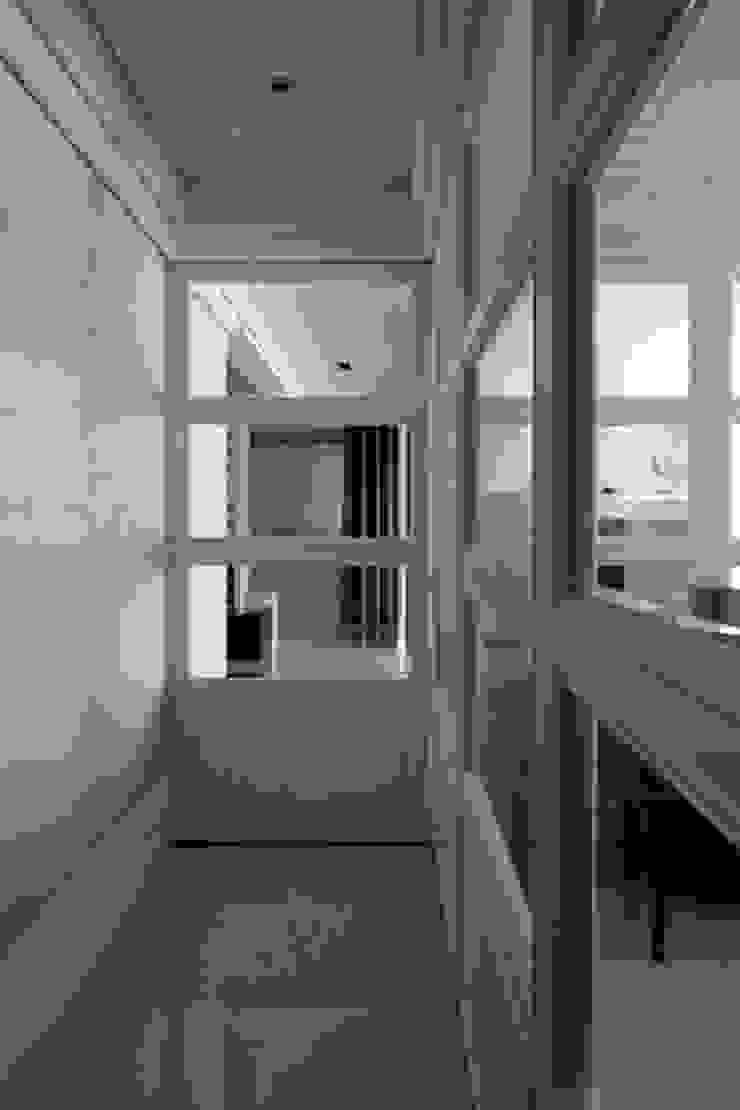 現代英倫風 經典風格的走廊,走廊和樓梯 根據 誼軒室內裝修設計有限公司 古典風