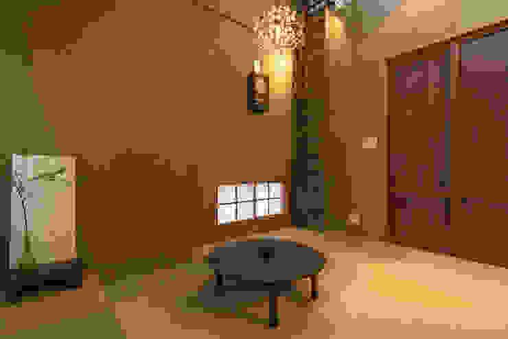 Phòng giải trí phong cách châu Á bởi HAPTIC HOUSE Châu Á Gỗ Wood effect