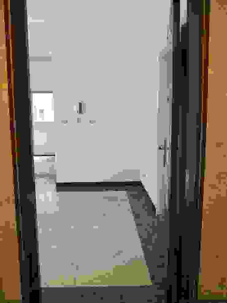 Pasillos, vestíbulos y escaleras de estilo rural de 以恩設計 Rural