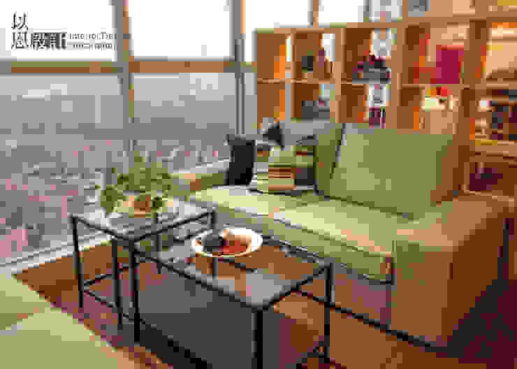 展廳沙發區: 現代  by 以恩設計, 現代風