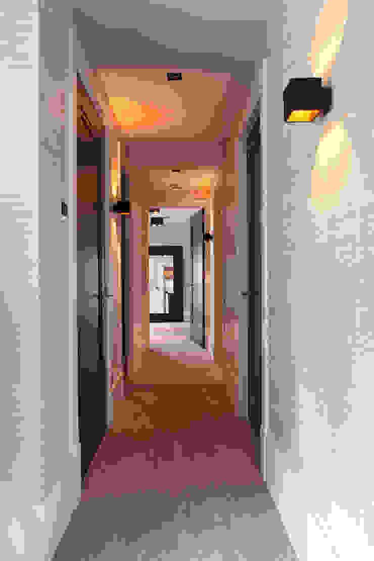 Corredores, halls e escadas modernos por Ilse Damhuis Stijlvol Wonen Moderno