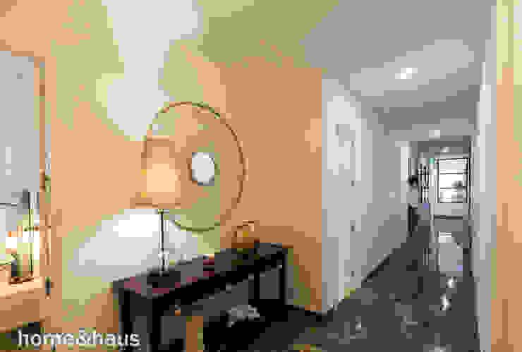 Recibidor y pasillo Home & Haus | Home Staging & Fotografía Pasillos, vestíbulos y escaleras de estilo moderno Blanco