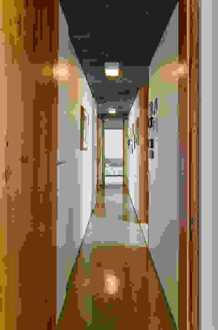 Pasillos, vestíbulos y escaleras de estilo moderno de Diego Alcântara - Studio A108 Arquitetura e Urbanismo Moderno