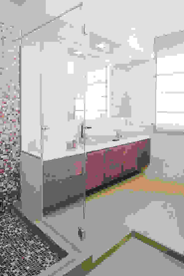Modern bathroom by manuarino architettura design comunicazione Modern