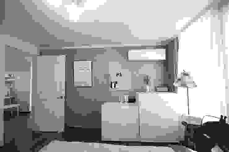 [홈라떼] 양평동 32평 아파트 전세집 홈스타일링 미니멀리스트 침실 by homelatte 미니멀