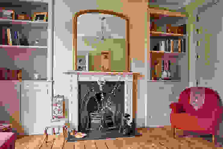 Two beige bespoke alcove units de Purdom's Bespoke Furniture Clásico Madera Acabado en madera