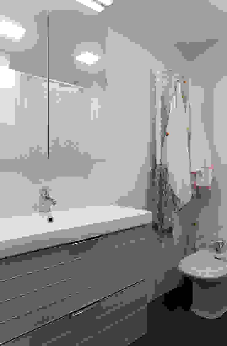 Casas de banho modernas por emmme studio Moderno Azulejo