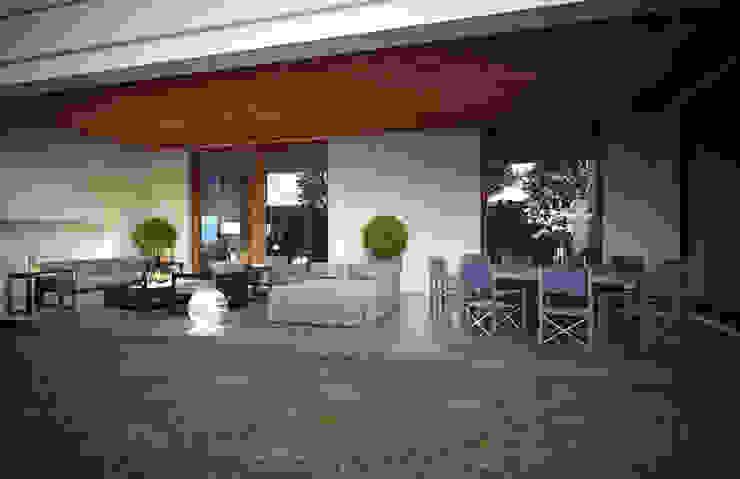GUERRA RESIDENCE Balcones y terrazas minimalistas de VA STUDIO Minimalista