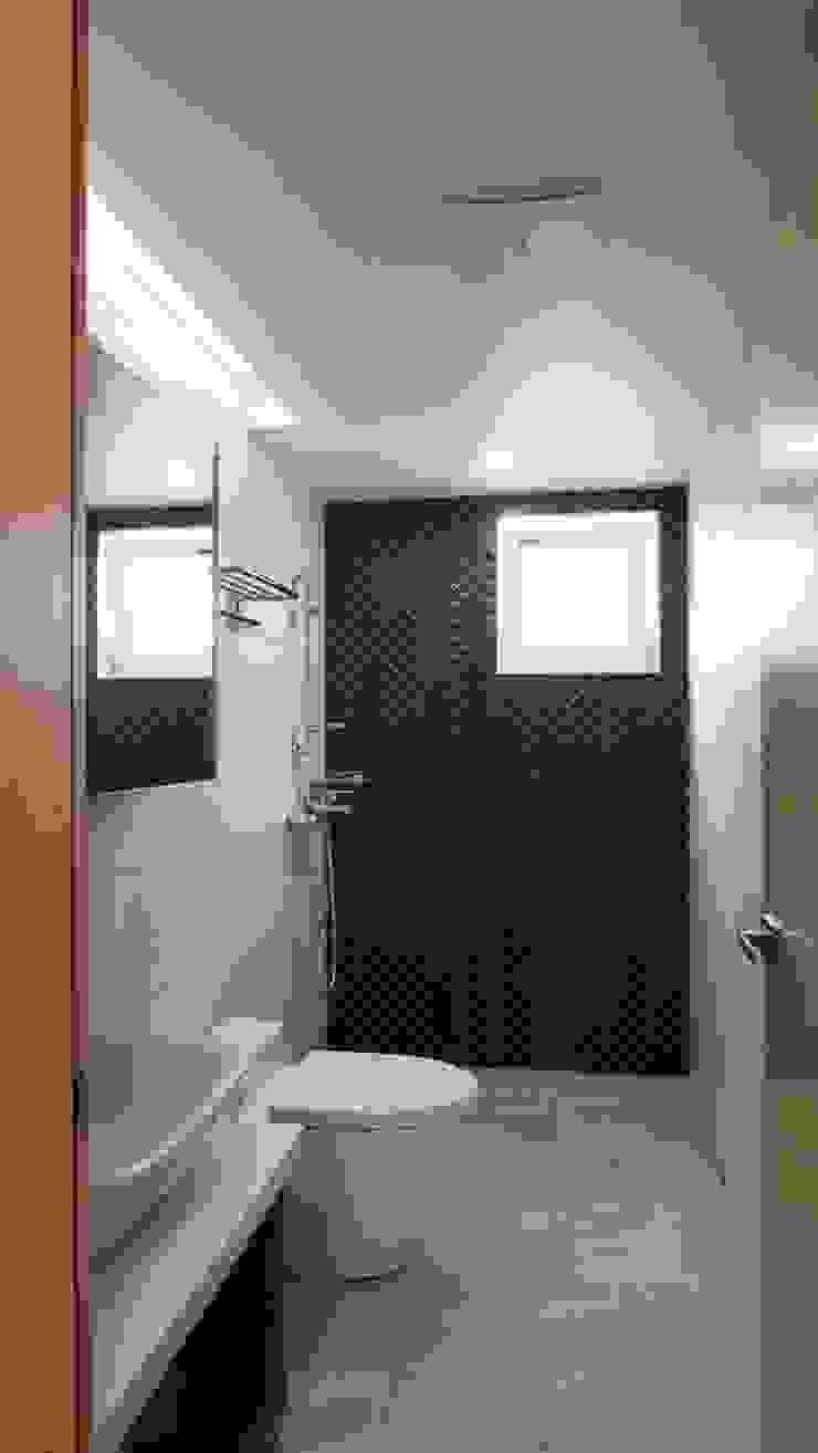 Baños de estilo moderno de 건축사사무소 리임 Moderno Azulejos