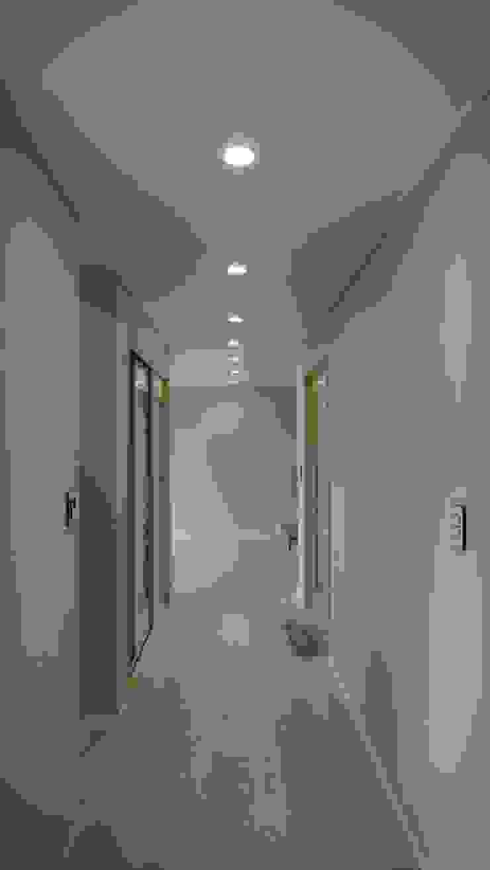Pasillos, vestíbulos y escaleras de estilo moderno de 건축사사무소 리임 Moderno
