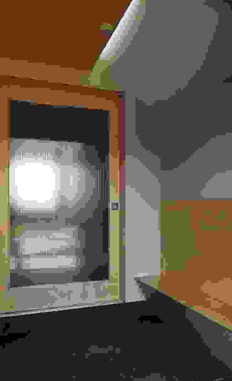 Pasillos, vestíbulos y escaleras de estilo moderno de 건축사사무소 리임 Moderno Madera Acabado en madera