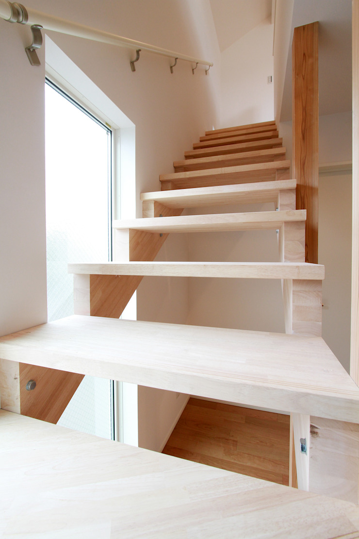 株式会社ハウジングアーキテクト建築設計事務所 Vestíbulos, pasillos y escalerasEscaleras