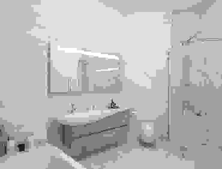 Salle de bain minimaliste par Студия дизайна интерьера 'Золотое сечение' Minimaliste Céramique