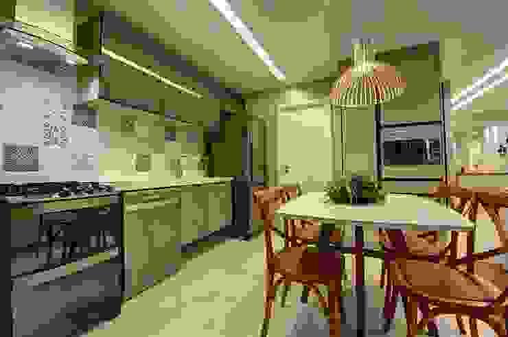 現代廚房設計點子、靈感&圖片 根據 Arquiteta Raquel de Castro 現代風