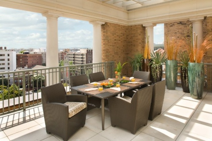 Penthouse Posh - Terrace Dining Modern Terrace by Lorna Gross Interior Design Modern