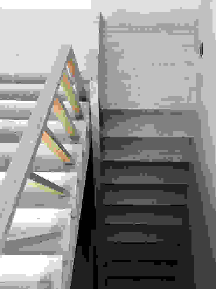 合院之家洞石地板與實木扶手 根據 哈塔阿沃設計 hataarvo design 簡約風