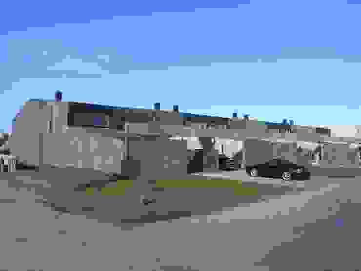 Garajes minimalistas de TEKTON architekten Minimalista