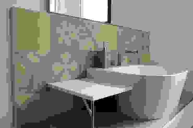 Stanza da bagno in cementine decorate Bagno eclettico di Romano pavimenti Eclettico Piastrelle