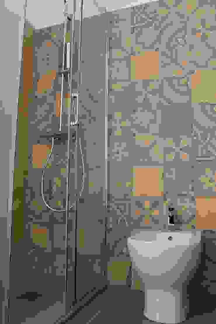 Stanza da bagno in cementine decorate Bagno eclettico di Romano pavimenti Eclettico