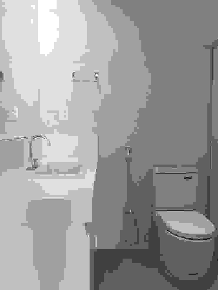 LUIZA BARROS ARQUITETURA E INTERIORES Modern style bathrooms