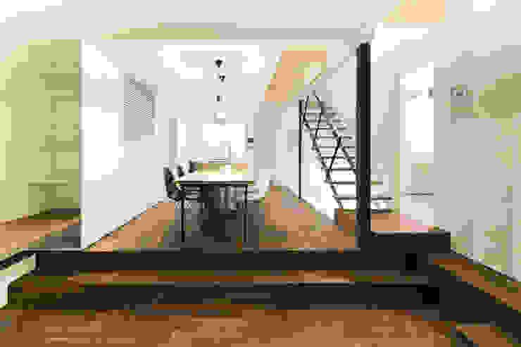 リビングから1 一級建築士事務所 Atelier Casa モダンデザインの リビング 木