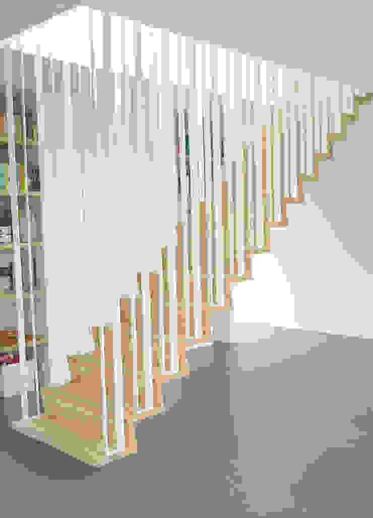 Z-trap Moderne gangen, hallen & trappenhuizen van Joyce Flendrie | Interieur & Design Modern IJzer / Staal