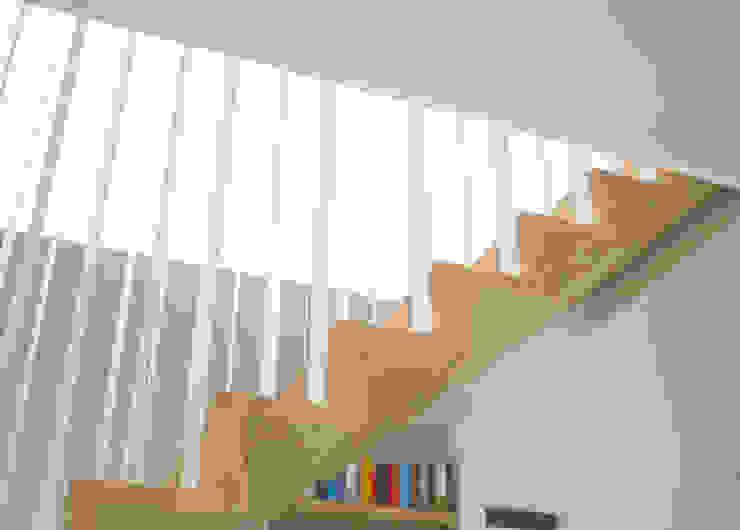 Z-trap detail Moderne gangen, hallen & trappenhuizen van Joyce Flendrie | Interieur & Design Modern
