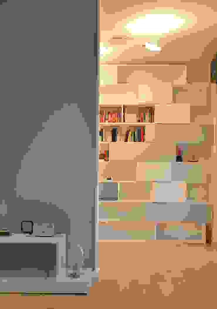 Il moderno Soggiorno moderno di Annalisa Carli Moderno Legno Effetto legno