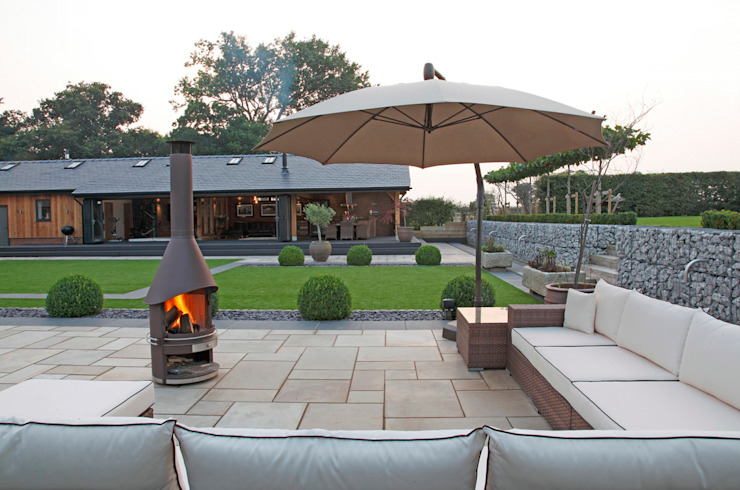 A Garden for Entertaining in Charlesworth Design Giardino minimalista