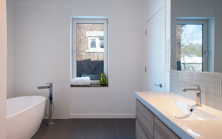 Guelph Deep Energy Retrofit Minimalist style bathroom by Solares Architecture Minimalist