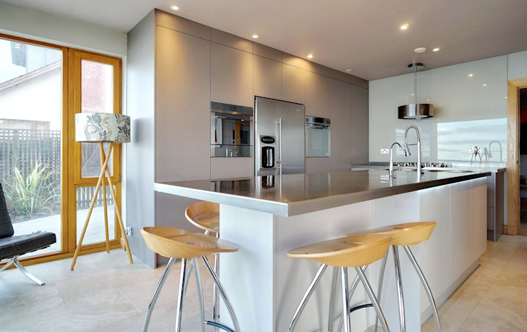 A large island for food prep and eat Cocinas de estilo moderno de ADORNAS KITCHENS Moderno Madera Acabado en madera
