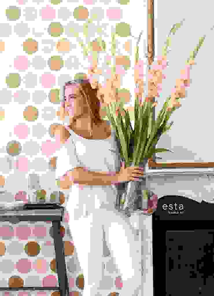 vliesbehang grote stippen perzik roze van ESTAhome.nl Eclectisch