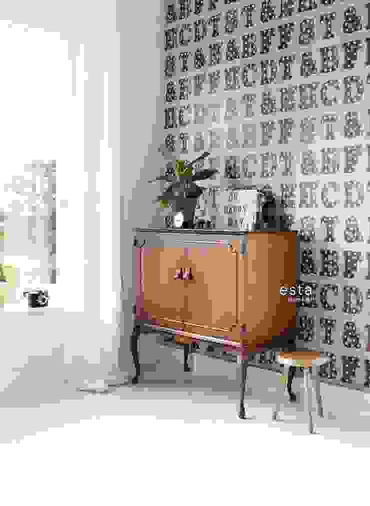 Vliesbehang houten licht letters vintage blauw en sepia bruin van ESTAhome.nl Rustiek & Brocante