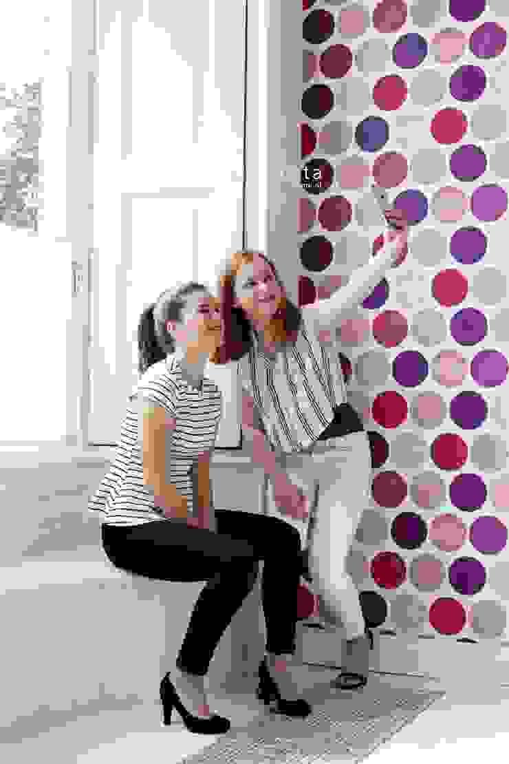 vliesbehang grote stippen fuchsia roze: modern  door ESTAhome.nl, Modern