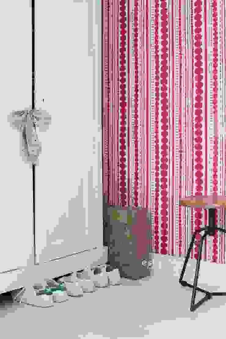 vliesbehang kralen fuchsia roze: modern  door ESTAhome.nl, Modern