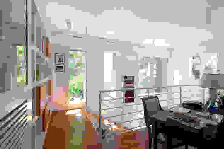 Lumen House Studio moderno di Officina29_ARCHITETTI Moderno Legno Effetto legno