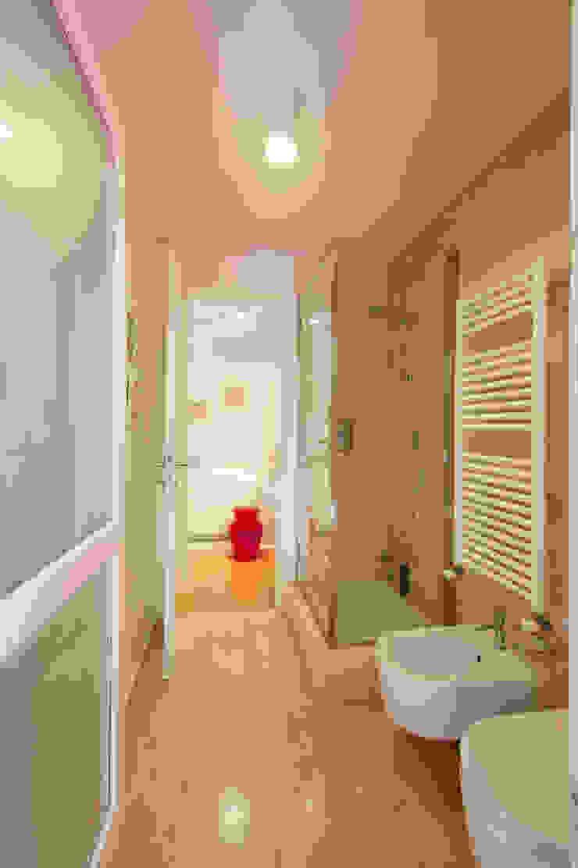 Lumen House Bagno moderno di Officina29_ARCHITETTI Moderno Marmo