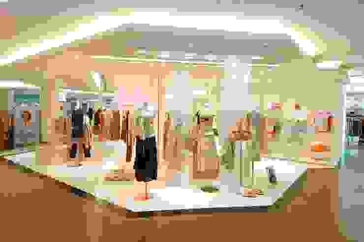 Negozi di abbigliamento, con Salvarani Iori Architetti Associati, Reggio Emilia Francesca Vezzani