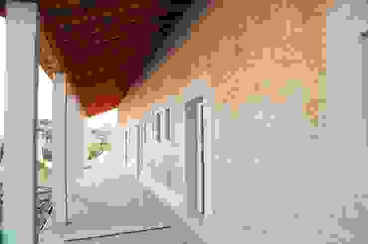 parede exterior em taipa tradicional Casas rústicas por Arq2T. Atelier Rústico