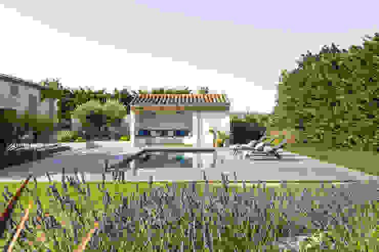 AIX-EN-PROVENCE - Rénovation d'inspiration contemporaine Agence MORVANT & MOINGEON Piscine méditerranéenne