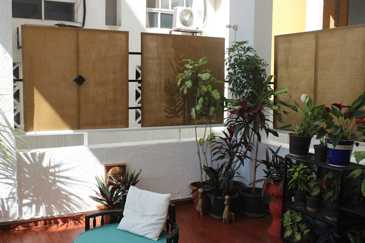 500 sq ft Terrace of a private apartment at Clover Water Gardens, Pune. Eclectic style balcony, veranda & terrace by DS DESIGN STUDIO Eclectic