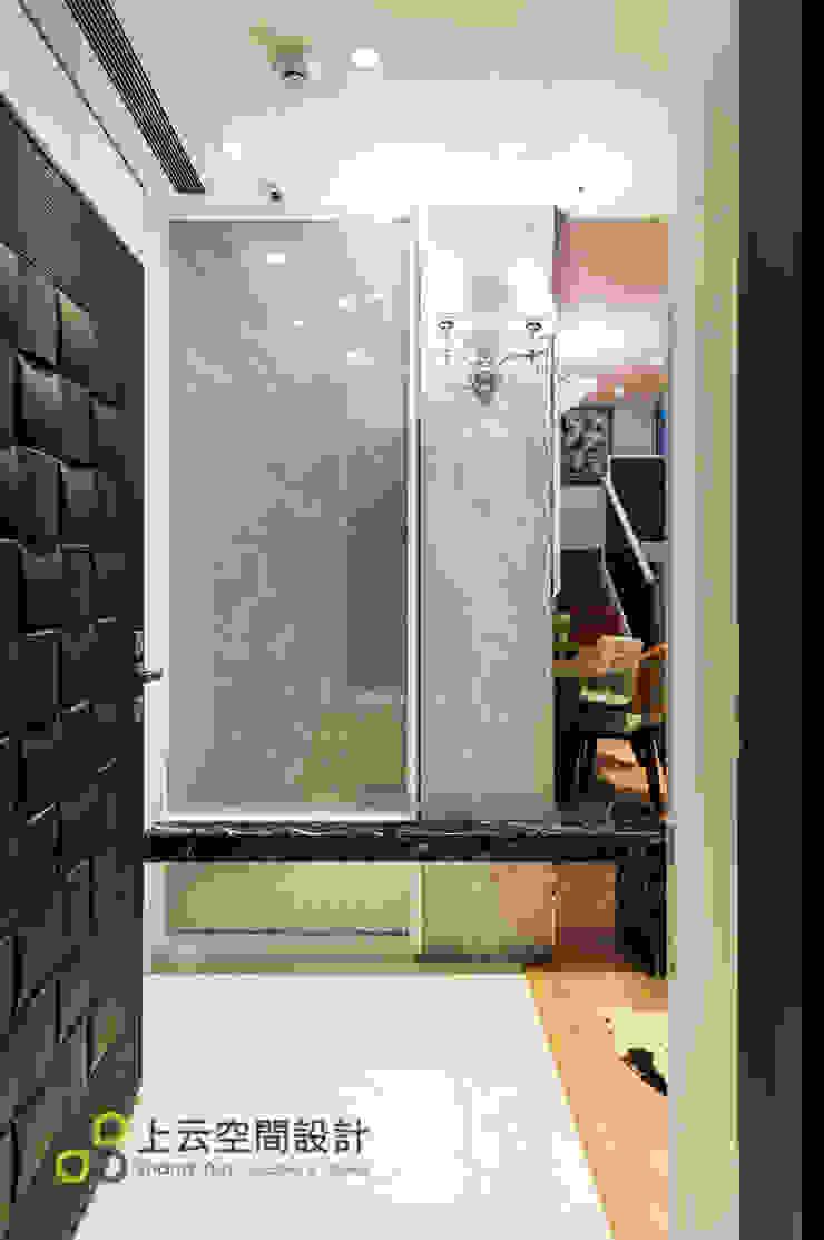 優雅淨白 徜徉自在居 現代風玄關、走廊與階梯 根據 上云空間設計 現代風