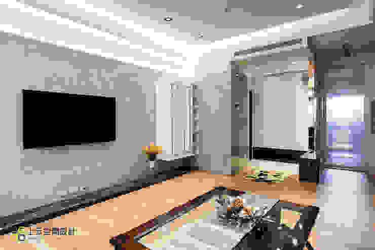 優雅淨白 徜徉自在居 现代客厅設計點子、靈感 & 圖片 根據 上云空間設計 現代風