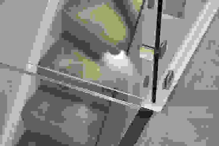 Glass Staircase Minimalist corridor, hallway & stairs by Jigsaw Interior Architecture Minimalist Glass