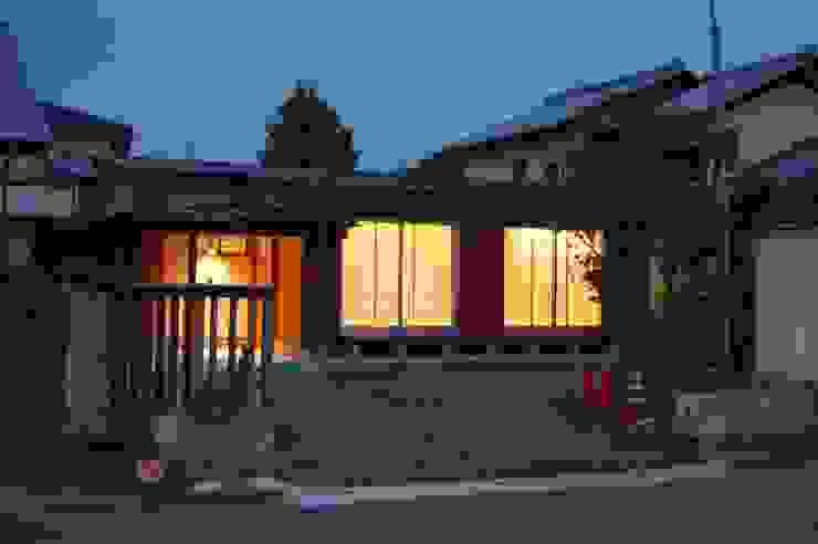 Casas de estilo asiático de 田村建築設計工房 Asiático
