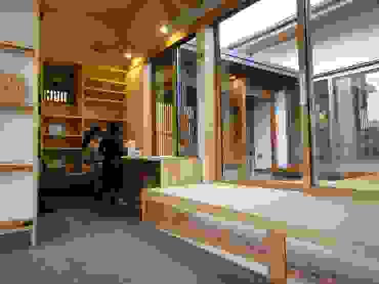 Salas multimedia de estilo asiático de 田村建築設計工房 Asiático