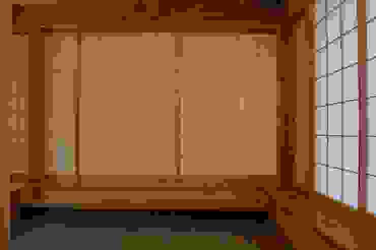 Livings de estilo asiático de 田村建築設計工房 Asiático