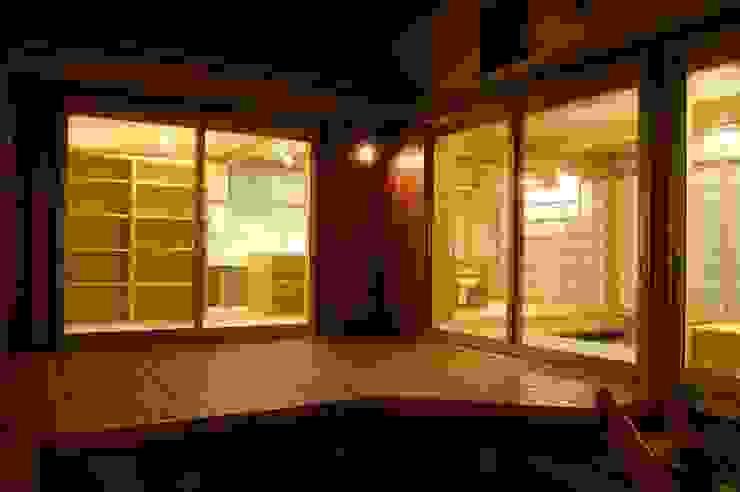 Balcones y terrazas asiáticos de 田村建築設計工房 Asiático